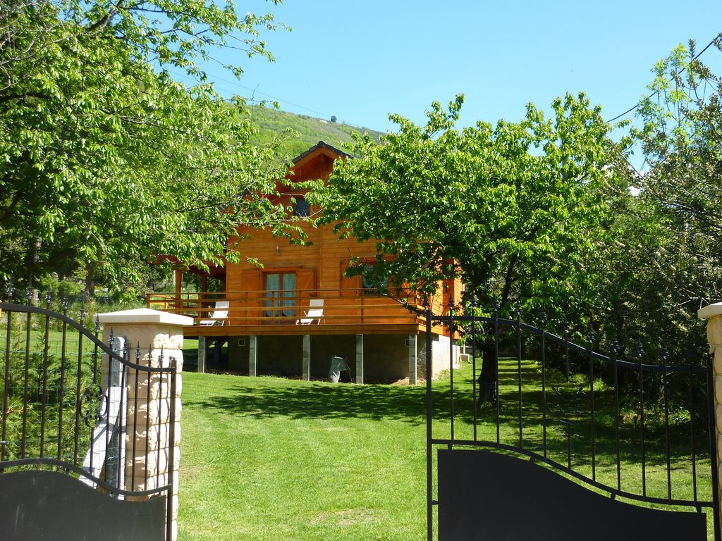 Beautiful massive wooden chalet for 10 per VICDESSOS PYRENEES ARIEGEOISES
