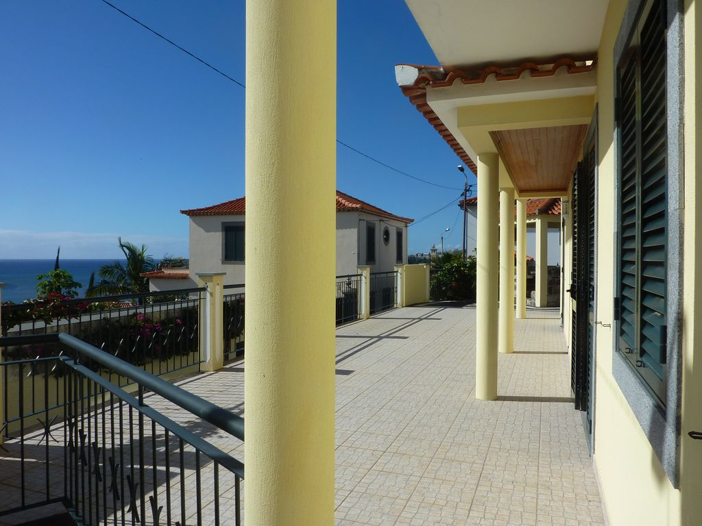 Boa vista large modern house overlooking the old town and for Big modern house tour