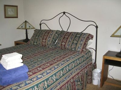 Middle bedroom, queen size bed
