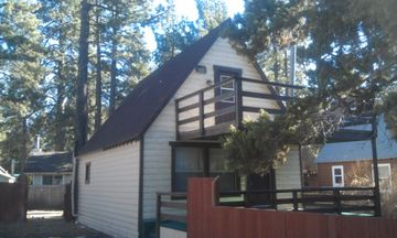Peter Pan cabin rental - Nice quite neighborhood yet close to all the local attractions here in Big Bear.