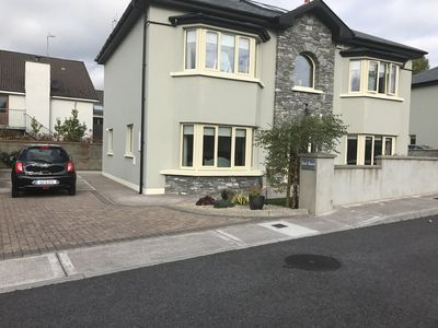 4 Bed all en-suite, free wi-fi, free priv parking 3 cars, 4 mins to town centre