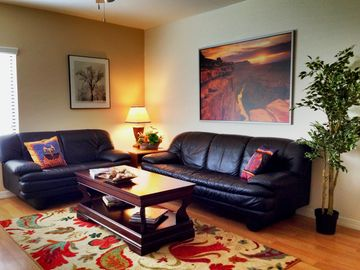 Tempe condo rental - Living room, comfortable leather sofas with 46' flat panel on wall