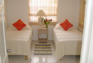 Garden Apt: Bedroom 2 - twin beds