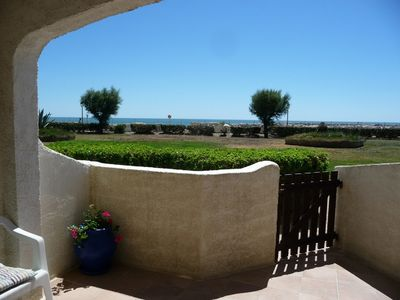 Apartment facing the sea with direct access to the beach and the pool.