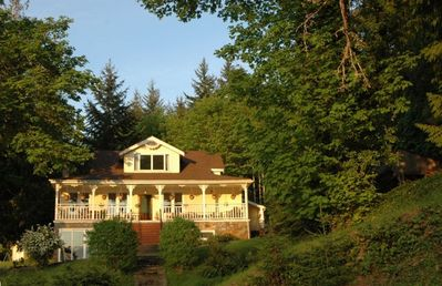 Sunny character lakefront home. The best spot to vacation with family year-round