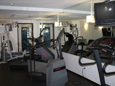 Fully equipped fitness room with lockers.