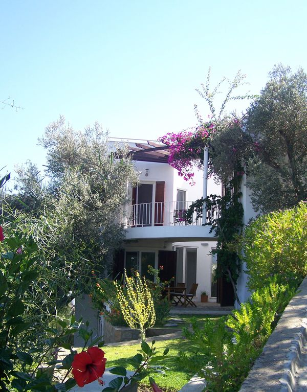 Modern villa with panorma roof terrasse, high standard, nice pool area. 6-10 pax