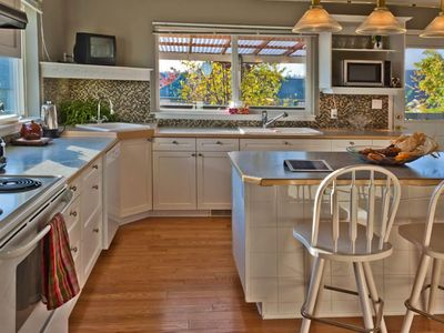 Bright kitchen with centre island eating-nook