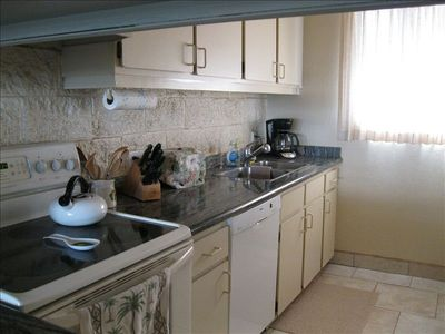 Fully equipped kitchen with beautiful granite countertops.