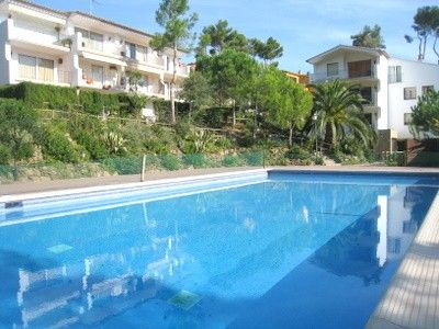 Self-catering studio, close to the beach, quiet area with pool.