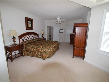 MASTER SUITE 1 WITH KING BED, TV AND WHIRLPOOL TUB
