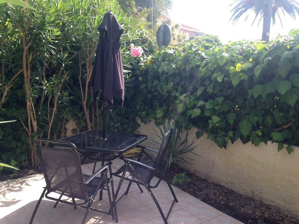 Location studio sanary sur mer var abritel for Jardinet en anglais