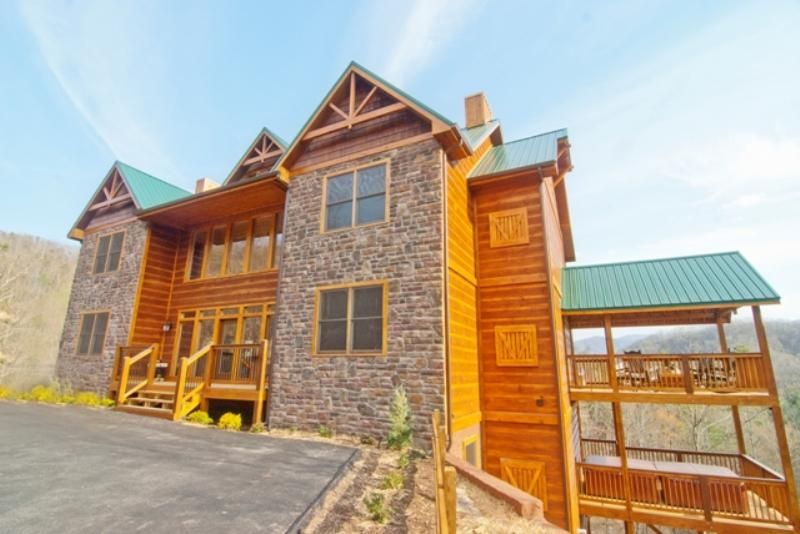 Grand view lodge gorgeous new 10 bedroom vrbo for Park side cabin rentals gatlinburg tn