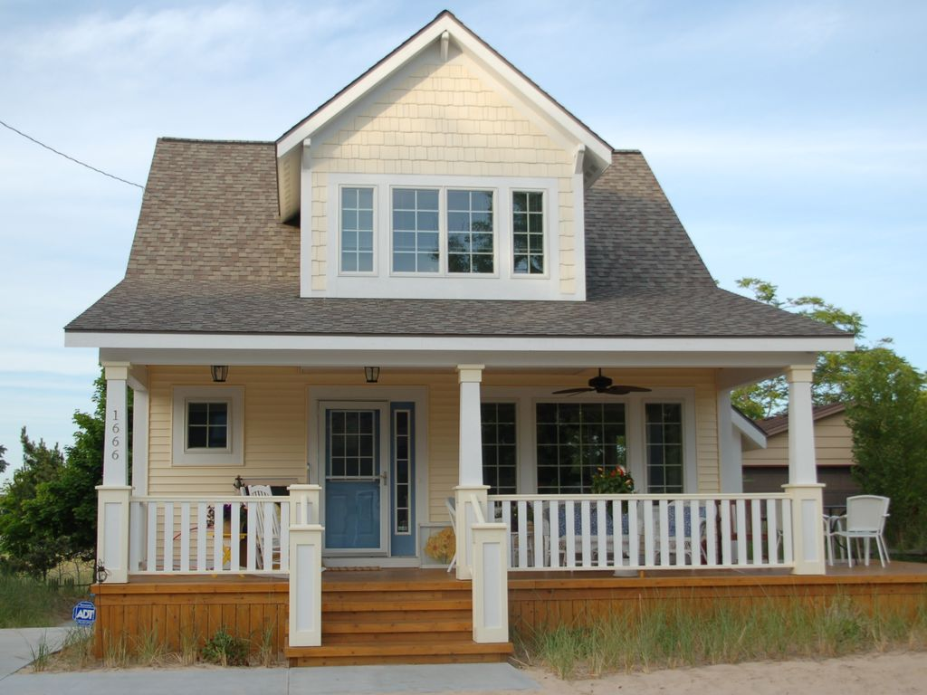 New family fun beach bungalow homeaway muskegon for Muskegon cabin rentals