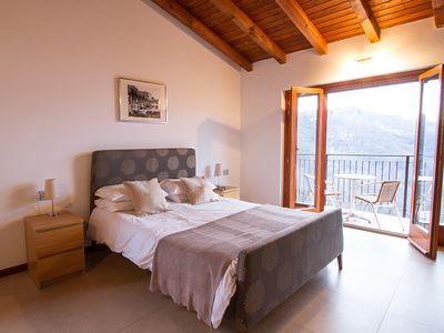 Villa Caruso master bedroom with doors to balcony