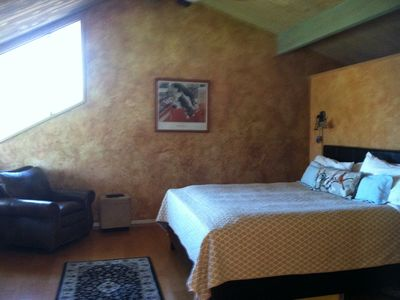 Master bedroom: king bed, mountain views, & en suite bathroom (sauna & jacuzzi)