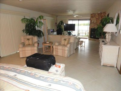 Large Master Bedrm Suite w/King Bed, nicely furnished, view of bay,big Bathrm