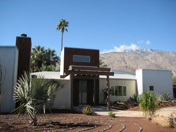 Palm Springs house rental - Front of house with the meditation ring in the foreground.