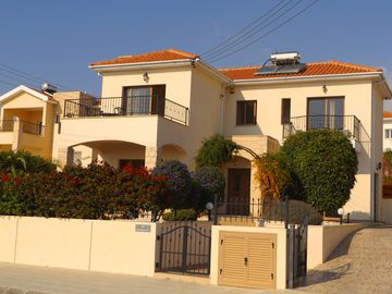 Fantastic 3 bed / 2.5 bath detached Villa with private garden and large pool