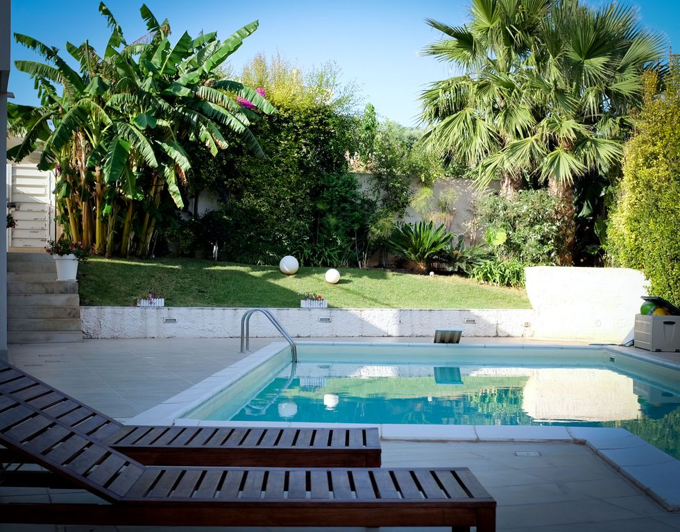 Villa moderne avec piscine jacuzzi et le jardin tropical for Piscine jardin tropical