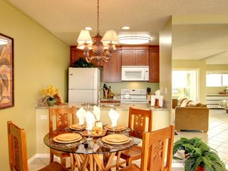 Kailua Kona condo photo - Plenty of Room to Eat and Entertain in this Dining Room