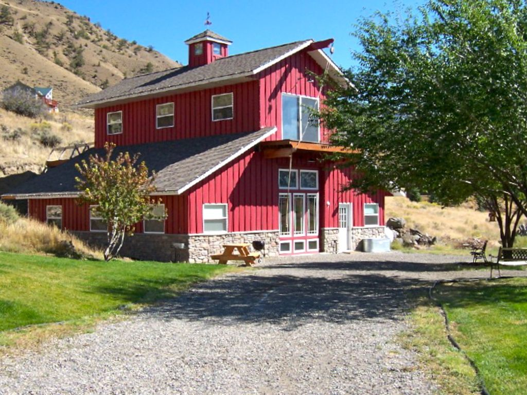Artfully Furnished Cabin Overlooking Yellowstone River Close To Park