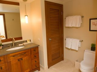 Ko Olina villa photo - Guest bathroom with a large bath tub