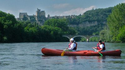 A canoe ride down the Dordogne river offers unforgettable views.