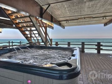 Ocean Level Deck w/ Large 6 Person Jaccuzzi