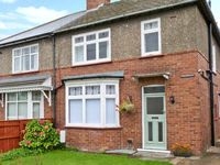 CARISBROOKE, pet friendly, with a garden in Richmond, Ref 24453