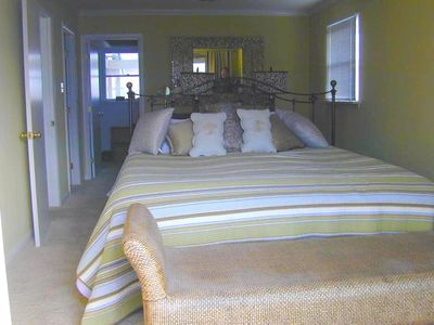 Master bedroom: king bed, walk-in closet, bayview balcony - sunset views