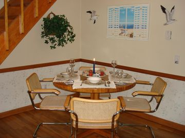 Dining Area with Additional Seating for 2 at the Breakfast Bar