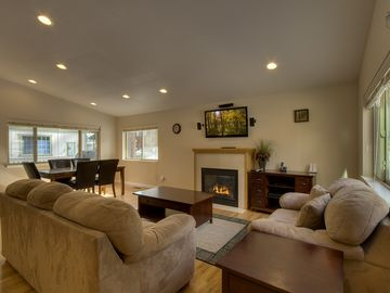 Montgomery Estates house rental - Open layout w/ vaulted ceilings - living room w/ gas fireplace & flatscreen TV