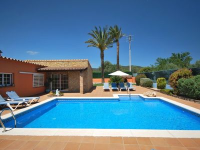 Beautiful villa with AC, big garden, wifi, private pool, close to the shops
