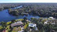 Open  the front door and there's the Homosassa river.A beautiful place to relax