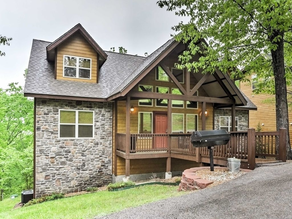 New! 6BR Branson Cabin -Walk to Silver Dollar City