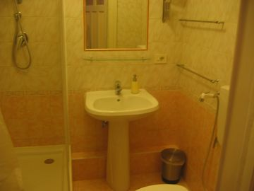 Apartment G - Bathroom ensuite to the master Bdr