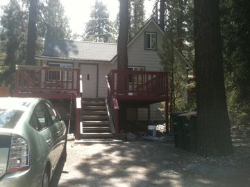 Wrightwood cabin rental - Cabin features a large porch with a picnic table and plenty of lush scenery.