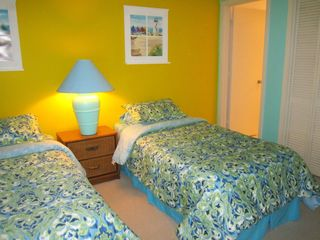 Harbor Island condo photo - Guest bedroom with 2 twin beds, cable TV, ceiling fan and full attached bath.