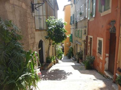 Right in the heart of the historical town,steps from beach fun shops restaurants
