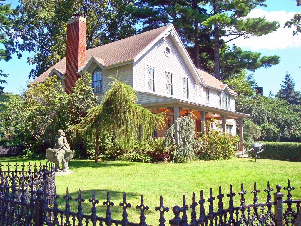 Luxury home downtown saugatuck lake michigan vrbo for 10 bedroom vacation rentals in michigan