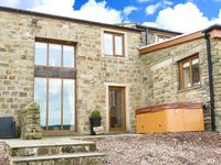 MIA COTTAGE, pet friendly, with hot tub in Haworth, Ref 913035