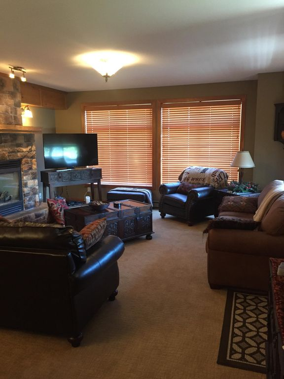 Luxury Ski in/out 3BR/2BA Condo with Hot Tub, Smart TV, Heated Floors and More!