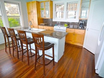 Bright full Kitchen with breakfast bar