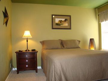 Green Room, Queen Bed & 22' HD Flatscreen TV