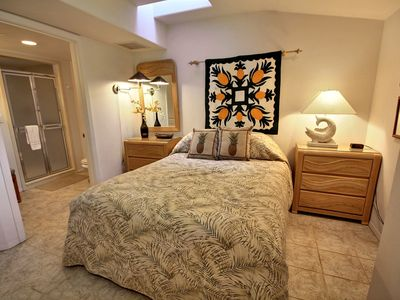 Lahaina townhome rental - Queen Bedroom with Handicap Bathroom