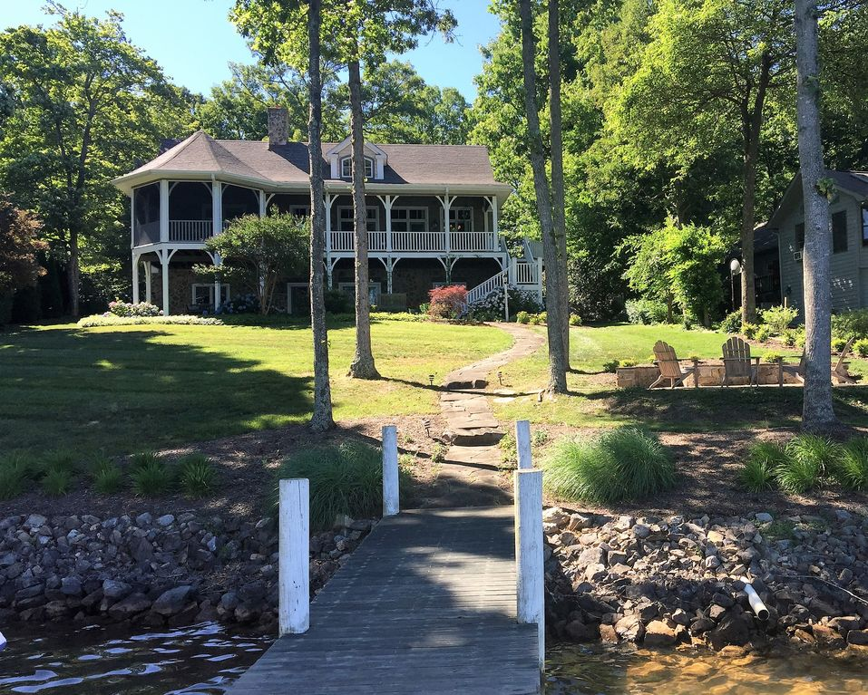 Charming new england style lake front cottage vrbo for New england cottage style