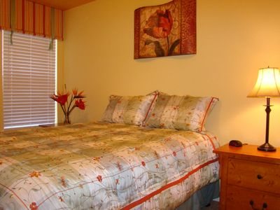 Yellow Room, Queen Bed & 22' Flatscreen TV