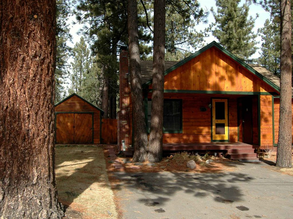 The cozy tahoe cabin hot tub pet friendly vrbo for Cabins to rent in tahoe