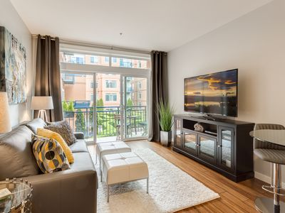 Modern 1 BR Condo in Seattle center, pool, workout room, FREE parking